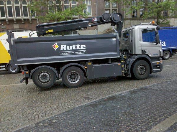 Vrachtauto Rutte naast stembureau